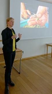 Tina Westerlund håller föredrag för Västerorts trädgårdssällskap foto Eva Rönnblom DSC07478
