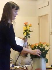 ordförande Marianne delar ut rosor på årsmötet DSC04875